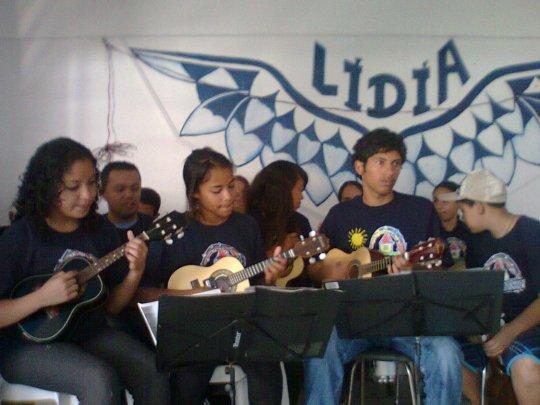 Alunos de violão, cavaco e percussão, em apresentação no Jardim Lídia.