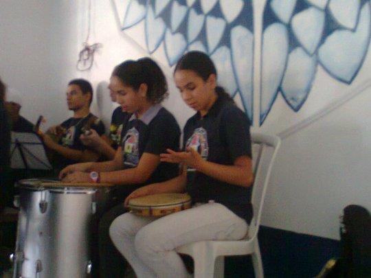 Pessoal da percussão na apresentação do Toca Zezinho no Jardim Lídia